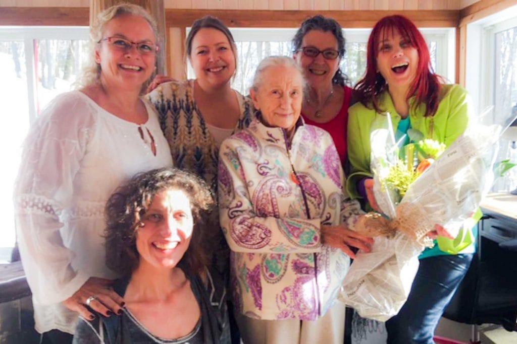 Marlène Chapey, fondatrice de l'organisme Massilia ma Maison à Prévost, avec sa grand-mère, dont elle s'occupe depuis 10 ans comme aidante naturelle, et Chloé Sainte-Marie, de la Fondation Maison Gilles-Carle, en plus de Gabriela Ferreras (présidente), Jessica Danis et Thérèse Denis.