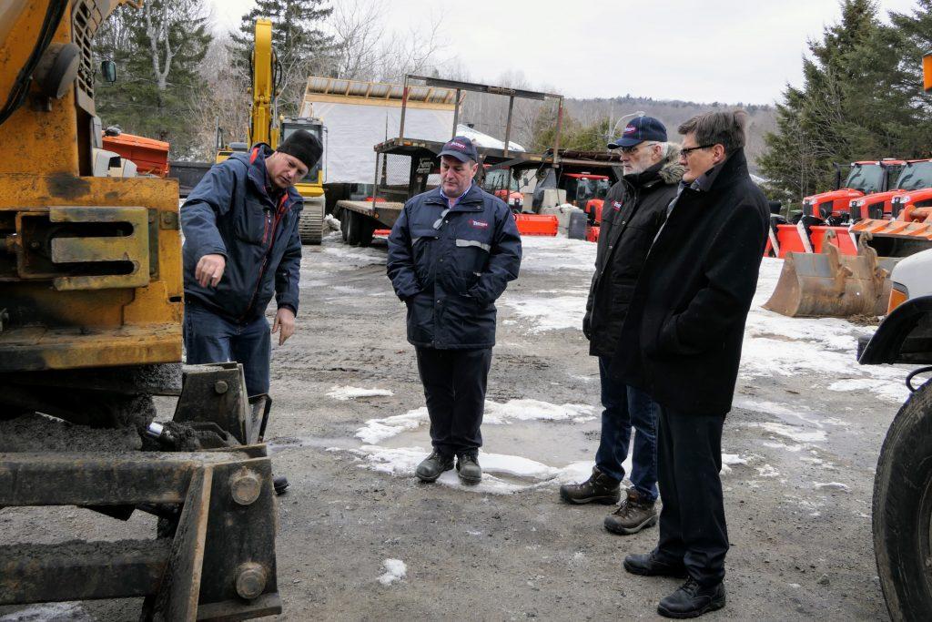 Avec Mathieu Lake, le contremaître du Service des travaux publics Sylvain Forgues, le directeur des travaux publics Gaston Courtemanche, et le maire Paul Germain.