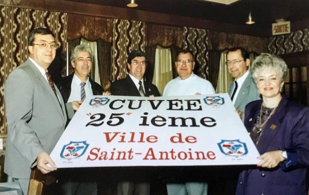 Avec le maire Normand Plouffe lors d'un événement pour le 25e anniversaire de la Ville de Saint-Antoine, dans la petite salle su restaurant Alcazar, situé aux Galeries des Laurentides. photo SHRN