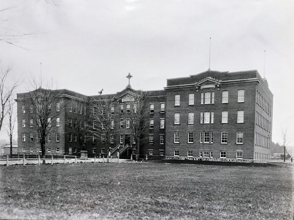Le Collège des Frères des écoles chrétiennes, détruit par un incendie en 1962. L'édifice se trouvait sur la rue Laviolette, lieu de l'actuel Palais de justice de Saint-Jérôme. photo SHRN