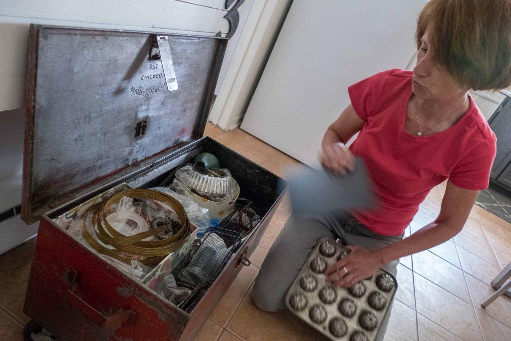 Un banc, qui est un coffre, qui contient les nombreux trésors que Martine Germain conservait pour fabriquer ou réparer une nouvelle trouvaille.