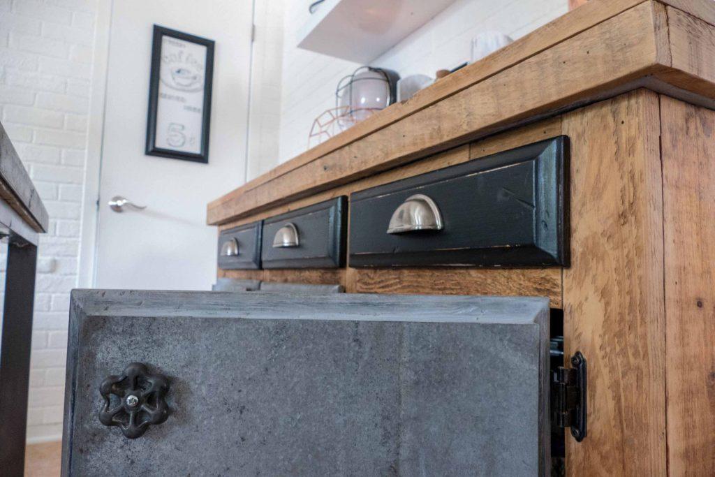 Des poignées qui servaient à ouvrir un robinet devenues des poignées de porte pour ce buffet.