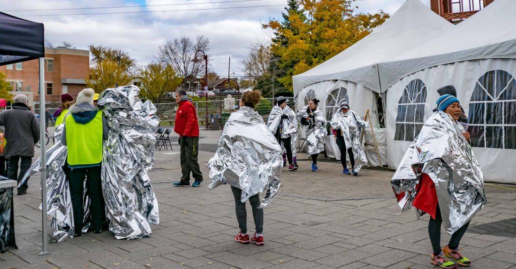 Avec une températire ambiante de 3 degrés Celsius, les couvertures isolantes étaient très appréciées des coureurs à l'arrivée.