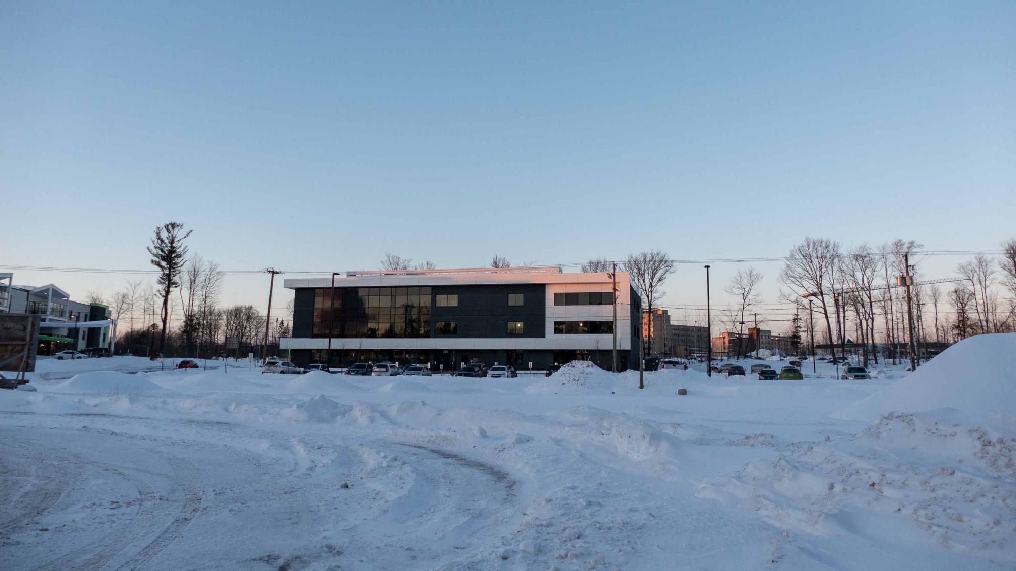 L'édifice qui devait originalement abriter un centre d'imagerie médicale, un projet suspendu pour l'instant.