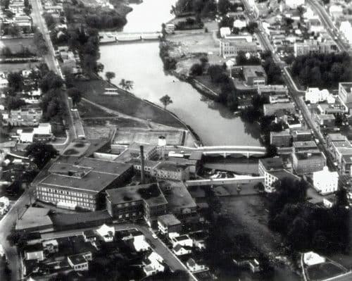 Vue aérienne de Regent Knitting Mills, installé au bord de la rivière du Nord, sur la rue Castonguay.