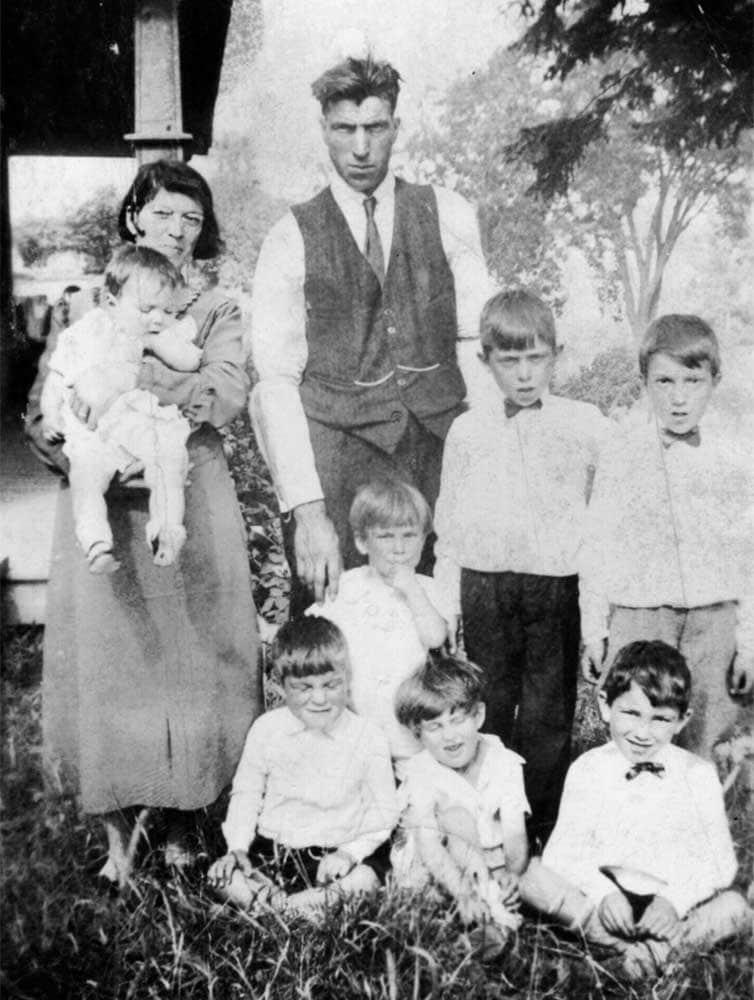 La famille de Mme Lebeau vers 1942 à Saint-Janvier. Yvette est dans les bras de sa mère, Rollande Desroches.