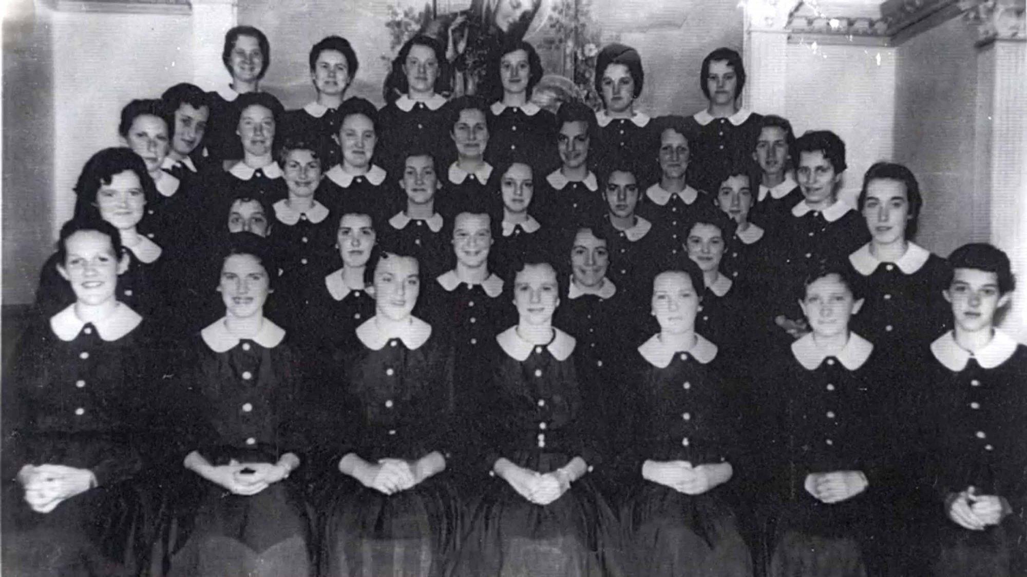 Un groupe d'écolières de l'époque