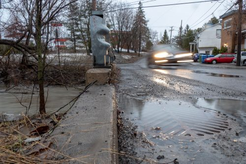 L'eau s'accumule partout quand la rivière se remplit, comme ici près de la Petite rivière Saint-Antoine, le 19 avril 2019.